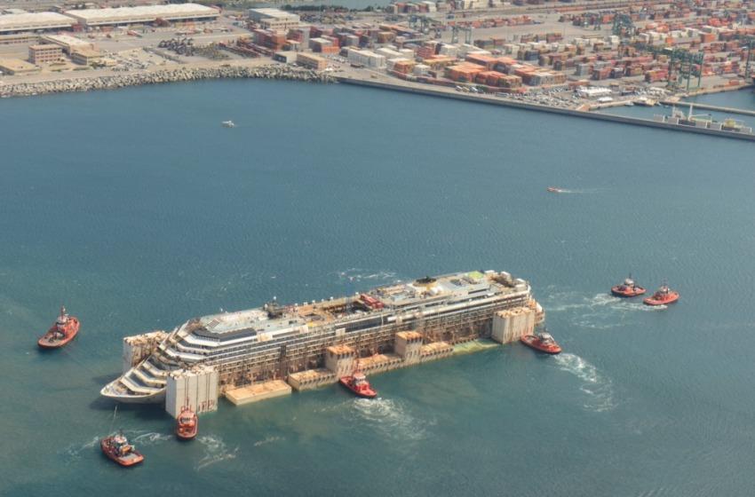 Anche Pescara scorta la Concordia nel porto di Genova