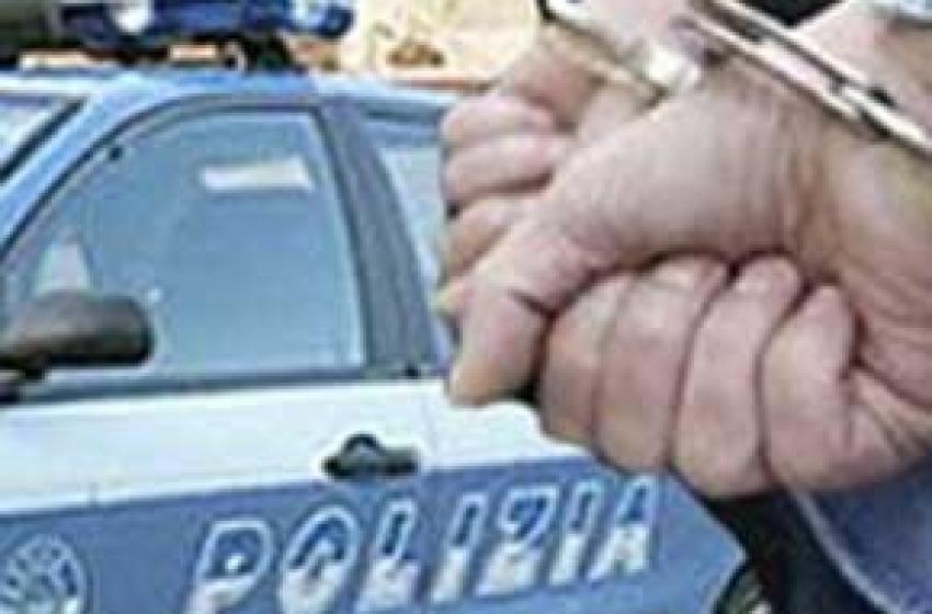 Picchia fidanzata e poliziotti