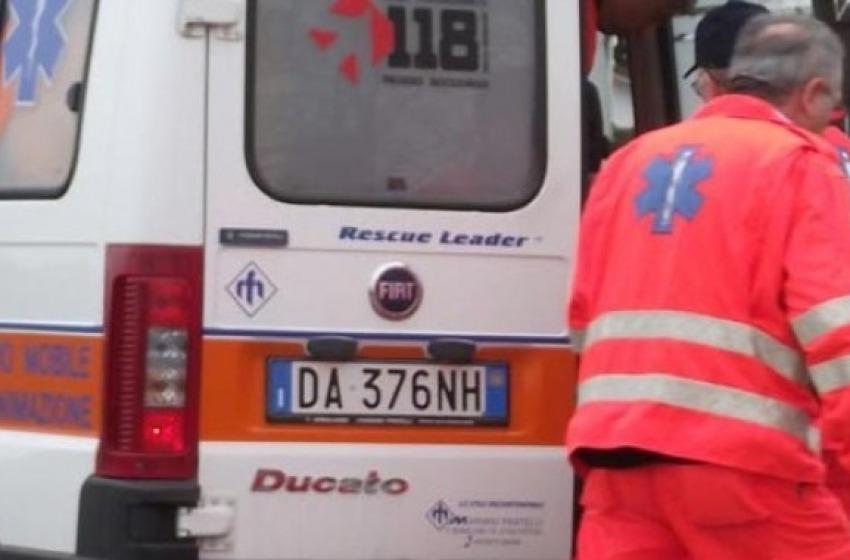 Scontro sull'A25 con un'auto a fuoco, due feriti