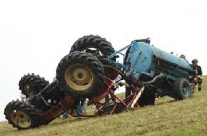 Dramma a Canzano, bimbo muore cadendo dal trattore