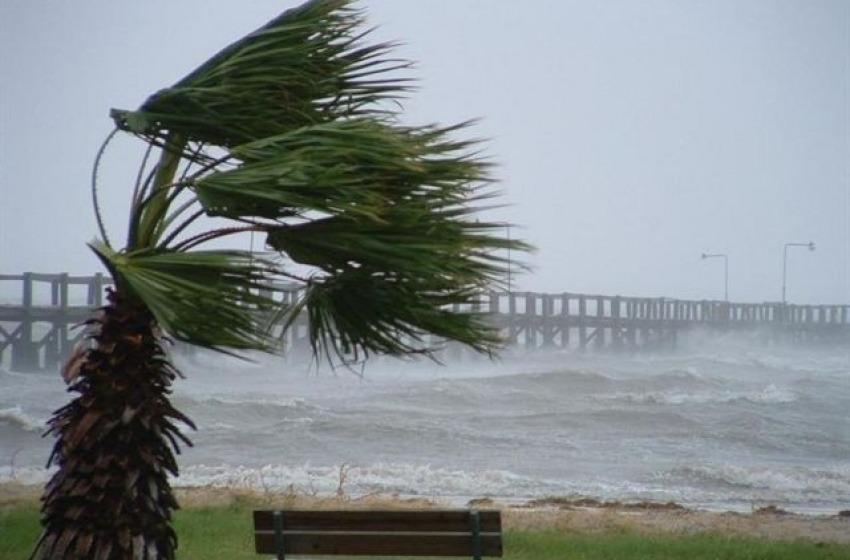 Vento forte a Pescara, crolla un palo dell'illuminazione