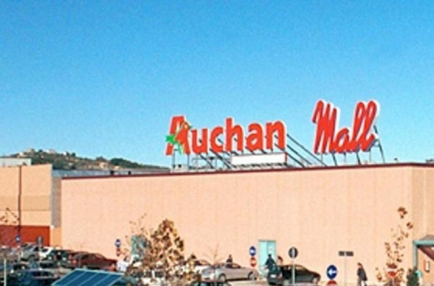 Sfondano la saracinesca del Mall per rubare: ladri in fuga per l'allarme