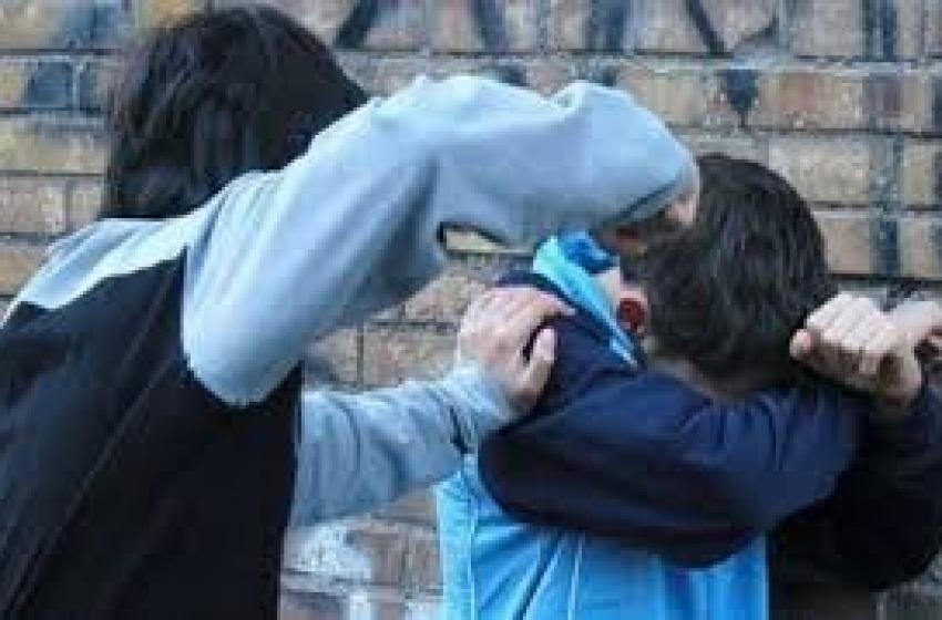"""Gli frattura la mascella per una """"spallata"""": ancora guai per un baby bullo"""