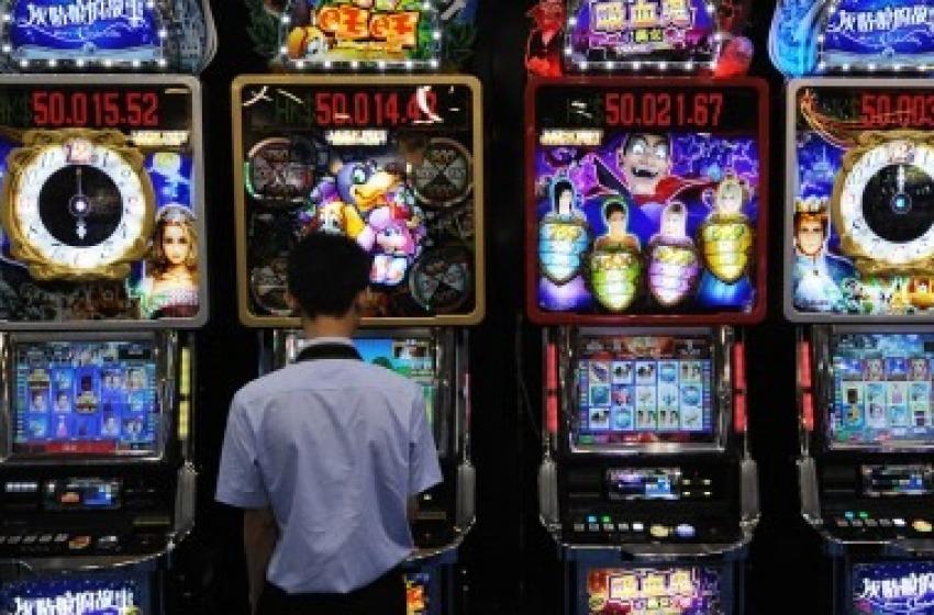 Giocatori incalliti perdono al videopoker e rapinano bar: arrestati