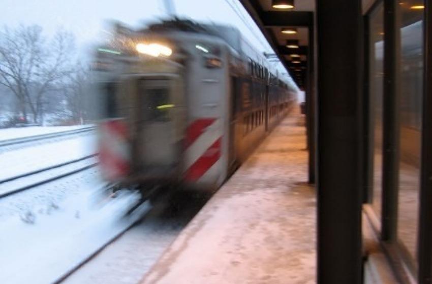 Si getta sotto un treno, è vivo