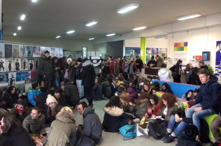"""""""Le aule sono gelide"""", a Pescara la protesta degli studenti dell'Artistico"""
