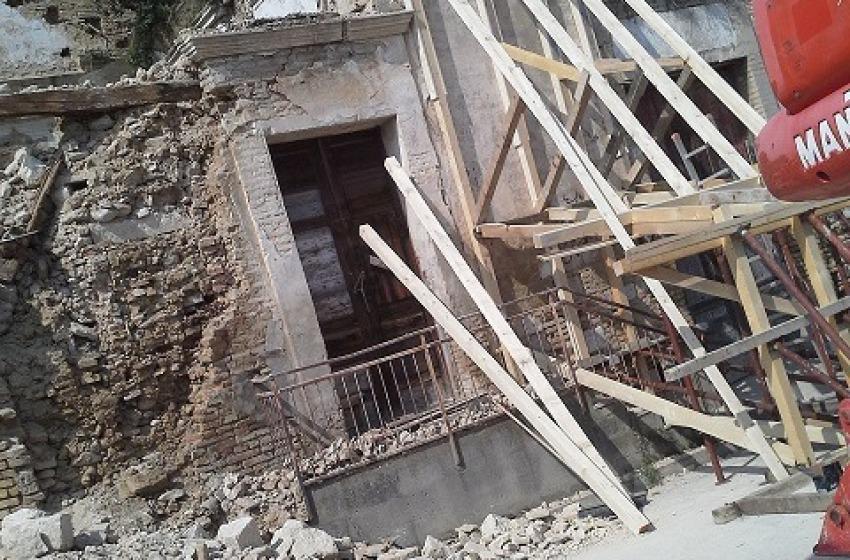 """Crollo mura in via Santa Lucia. L'ira dei residenti: """"Fate schifo"""""""