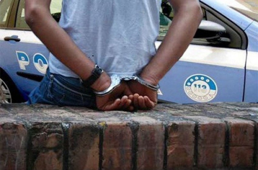 Rapinano la Conad ma la polizia li insegue e li arresta nel fiume Vomano