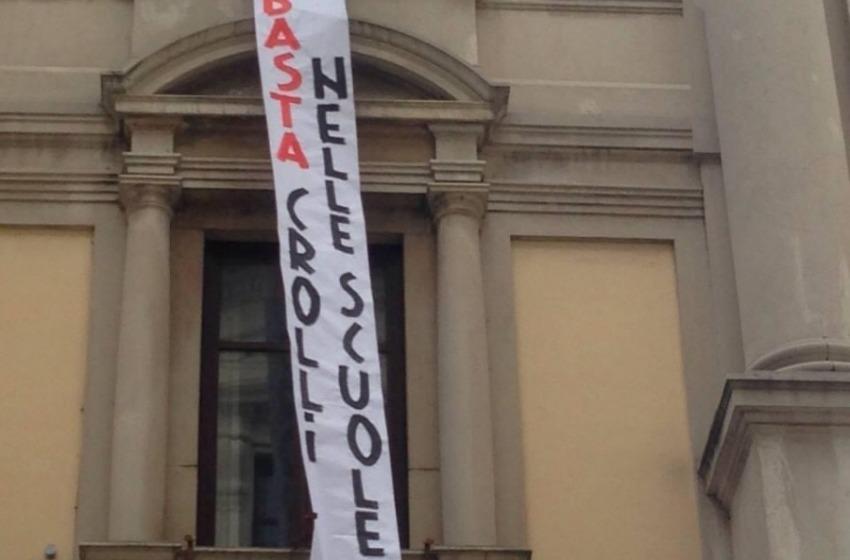 """Chieti: """"Basta crolli nelle scuole"""", blitz degli studenti in Provincia"""