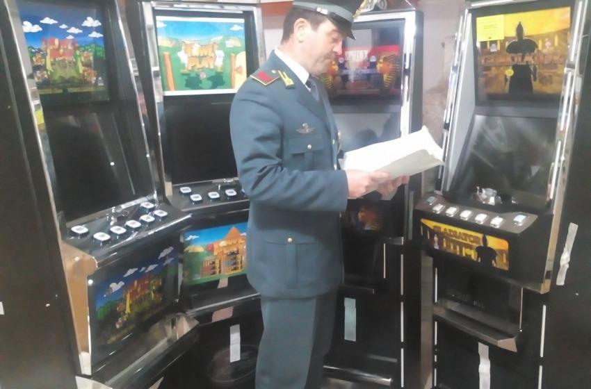 Sequestrate 4 slot machine taroccate. Titolare nei guai per frode