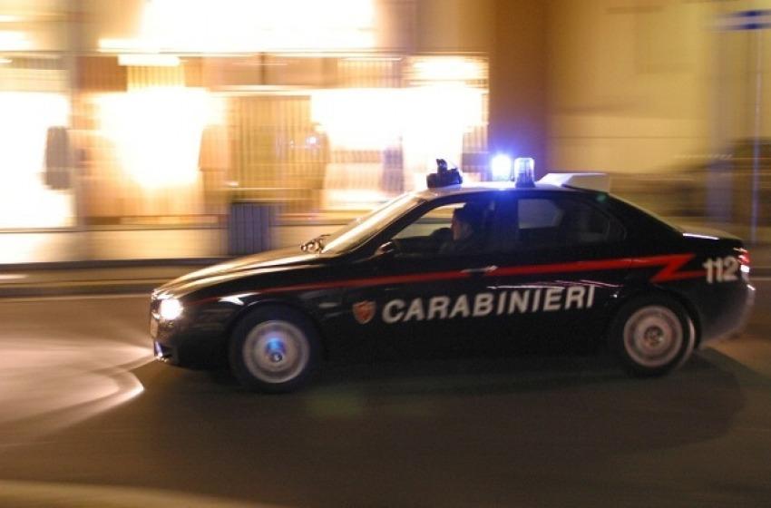 Notte criminale in via C. Battisti, pluripregiudicato picchia carabinieri