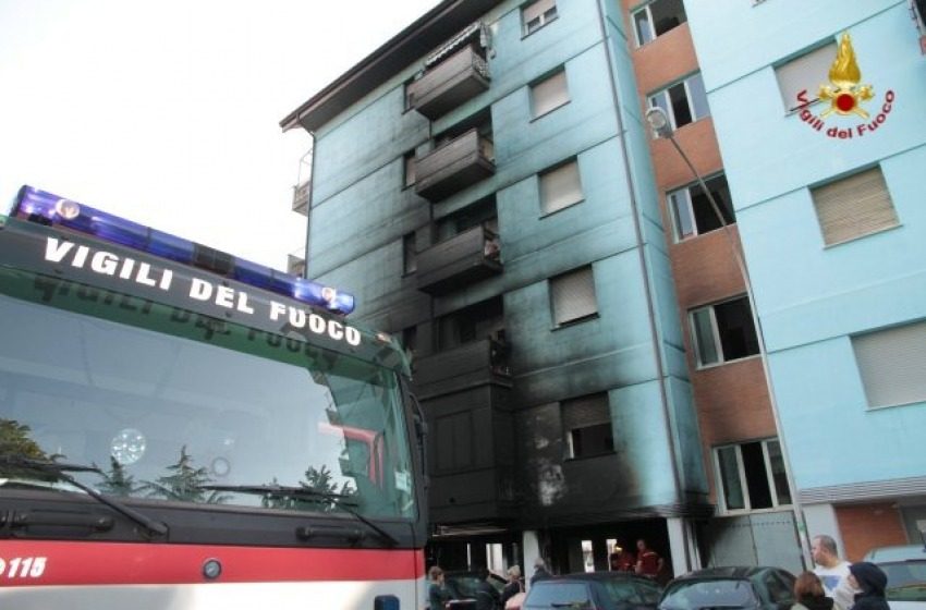 Notte di fuoco a Pescara per un misterioso incendio in via Trigno