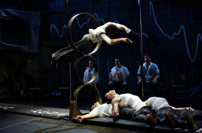 Folla in delirio al Funambolika per le Cirque 7 Doigs de la Main