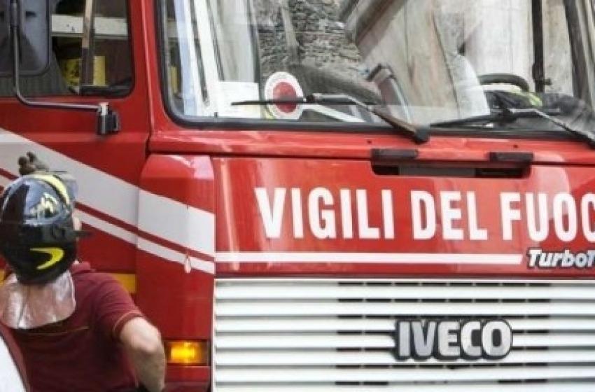 Un vasto incendio sta bruciando sottobosco e sterpaglie intorno a Pietranico