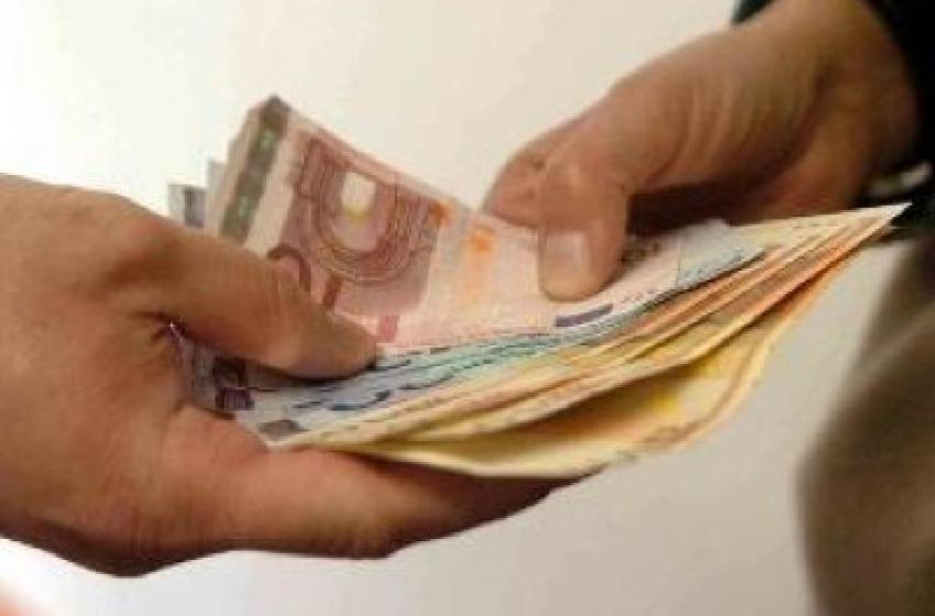 Spacciatori di soldi falsi vendevano frutta in strada per raggirare