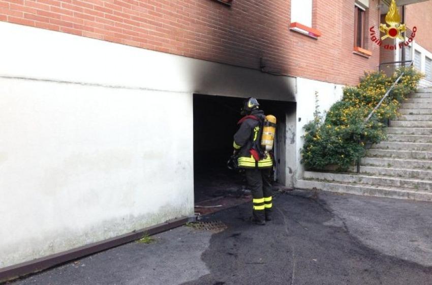 Si incendia garage ai Colli di Pescara. Completamente bruciata automobile