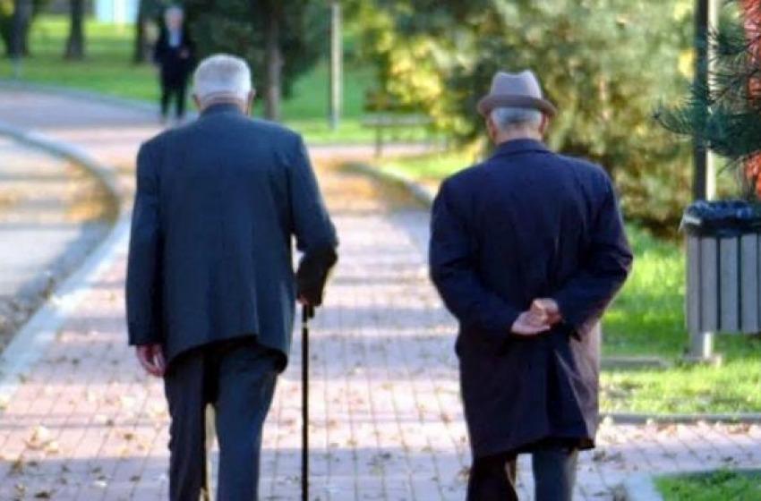 Vigliacco picchia anziano in strada per futili motivi, arrestato