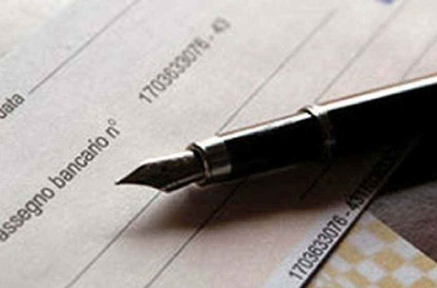 Truffatore acquistato orologio di lusso con assegno e documenti falsi