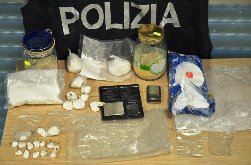 """Nascondono cocaina e sostanze da taglio nell'albero ma la polizia """"vede"""" e li """"ingabbia"""""""