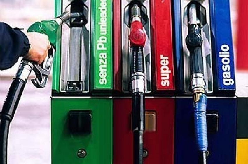 Crolla prezzo petrolio in tutto il mondo ma la benzina e il gasolio fermi in alto
