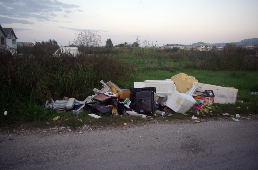 """Comune di Montesilvano dichiara guerra ai """"zozzoni"""" che abbandano rifiuti in strada"""