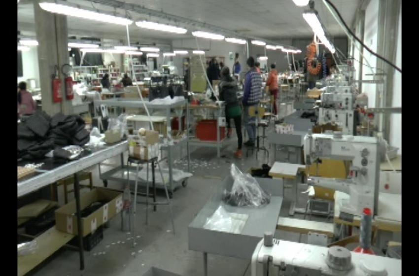 """Blitz nel borsettificio cinese anche dormitorio: lavoro """"nero"""" e scarse condizioni igieniche"""