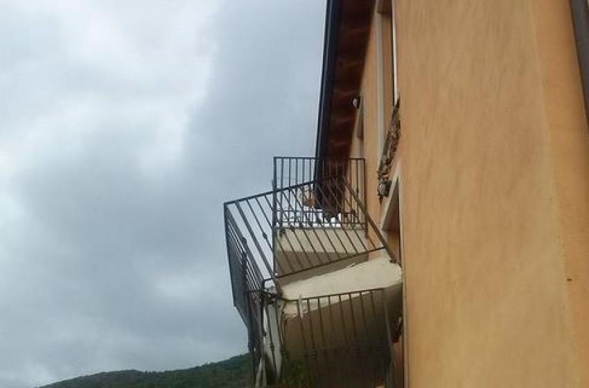 Ancora un cedimento strutturale nel Progetto C.a.s.e: crolla altro balcone