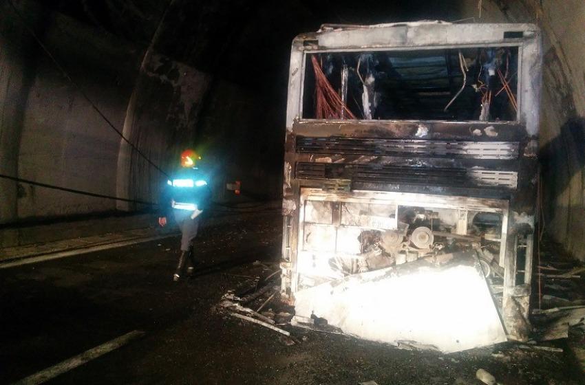 """Paura in """"Autostrada dei Parchi"""" per un bus in fiamme all'interno del traforo del Gran Sasso"""