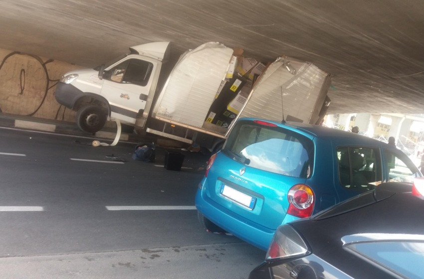Camion incastrato sotto un ponte a Pescara
