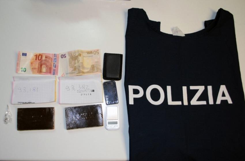 """Sorpreso dalla polizia con due """"panetti"""" di hashish negli slip: arrestato 33enne"""