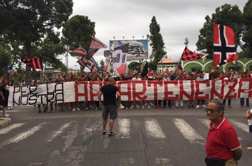 La protesta dei tifosi della Virtus Lanciano dopo la mancata iscrizione in Lega Pro
