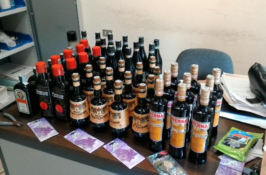 """""""Di chi sono quelle bottiglie?"""". Polizia denuncia famiglia straniera per ricettazione"""