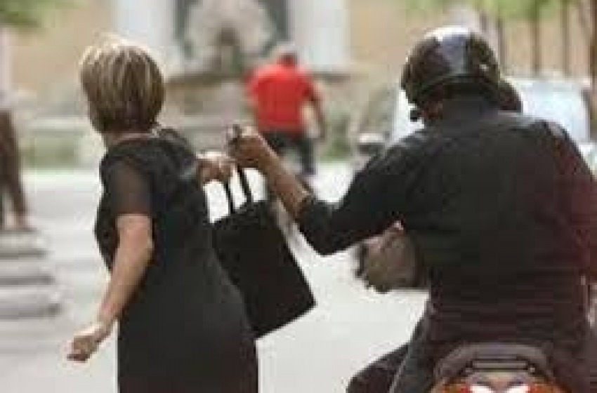 Anziana aggedita e scippata in pieno centro a Chieti. Indaga la polizia