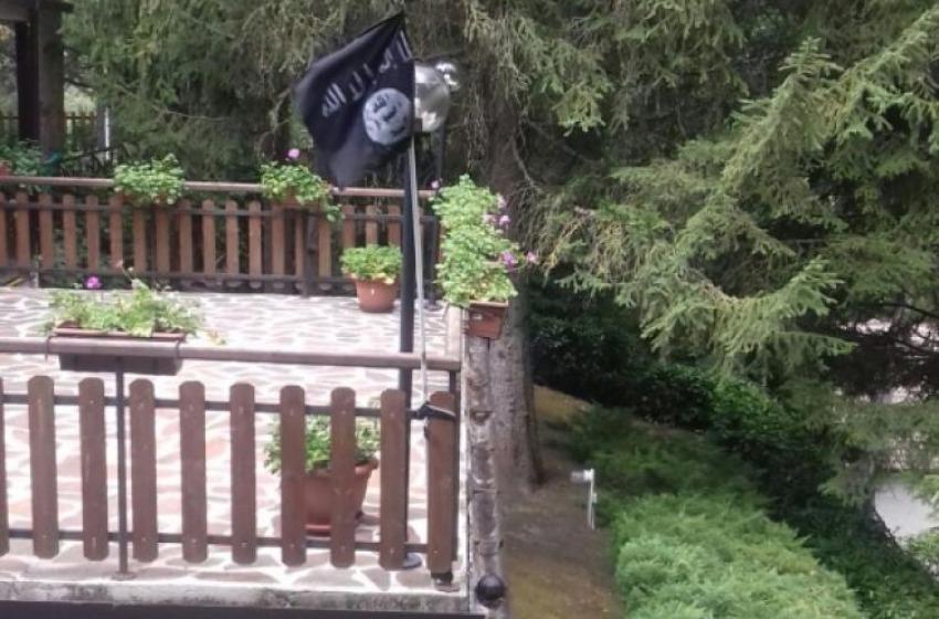 """Dai domiciliari commenta su Facebook la vicenda della """"bandiera"""" dell'Isis: in carcere"""