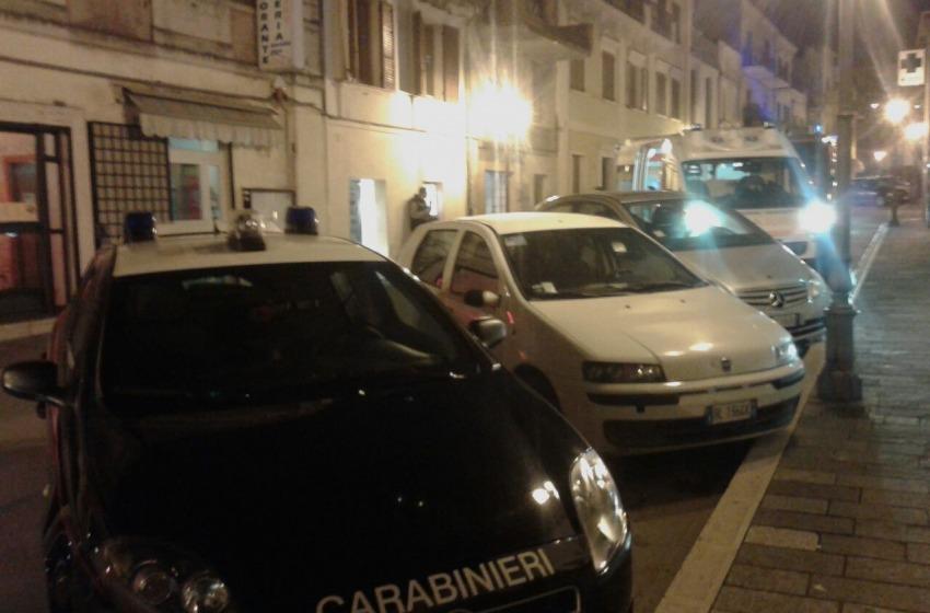 Panico e follia in pieno centro a Vasto: uomo accoltella ex moglie poi si consegna ai Cc