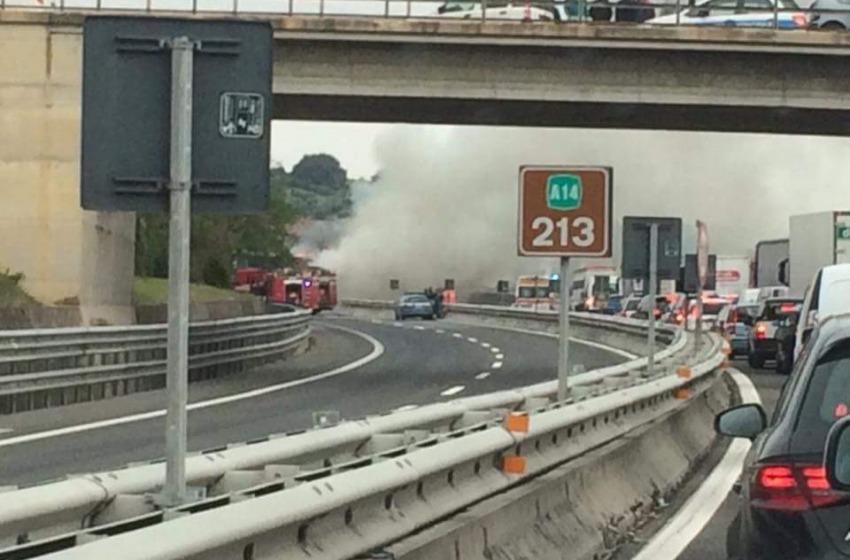 Tir carico di surgelati a fuoco, chiusa l'autostrada A14 fra Roseto e Pescara Nord