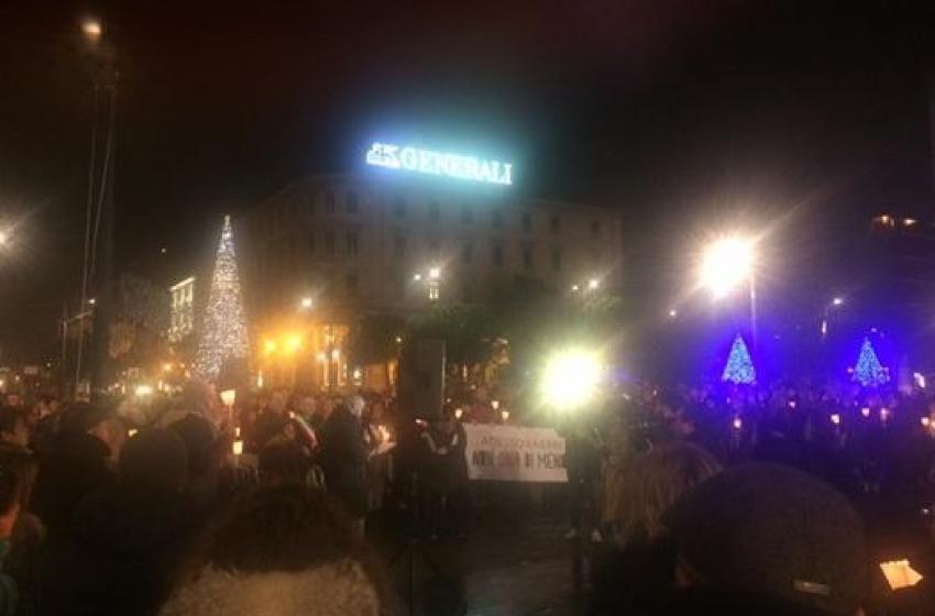 Pescara: una folla commossa e illuminata ha sfilato in ricordo di Jennifer Sterlecchini