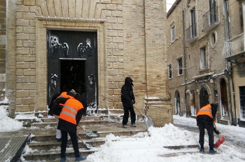 Immigrati volontari rimuovono la neve nel Vastese