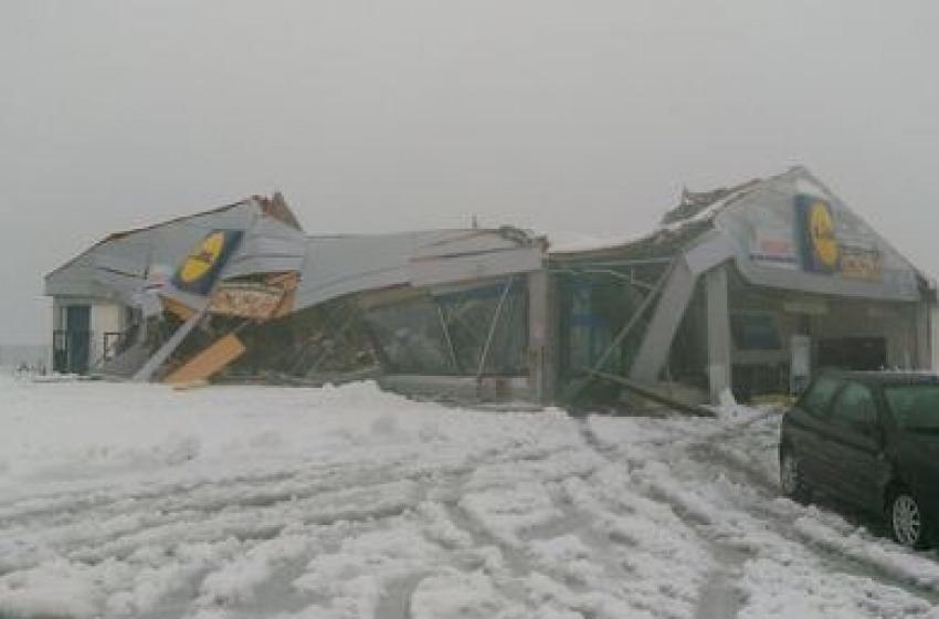 A Penne crolla il tetto del supermercato Lidl e di una casa popolare