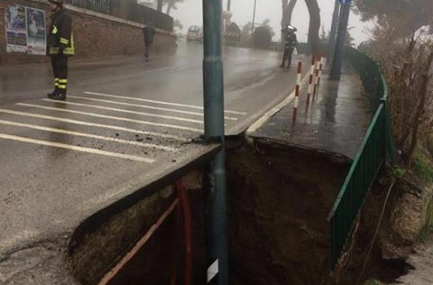 Cheiti, una voragine profonda circa quattro metri si è aperta in via Olivieri