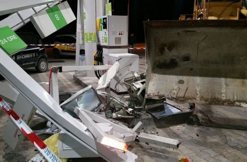 Assaltato con la ruspa il distributore di carburante di Manoppello Scalo
