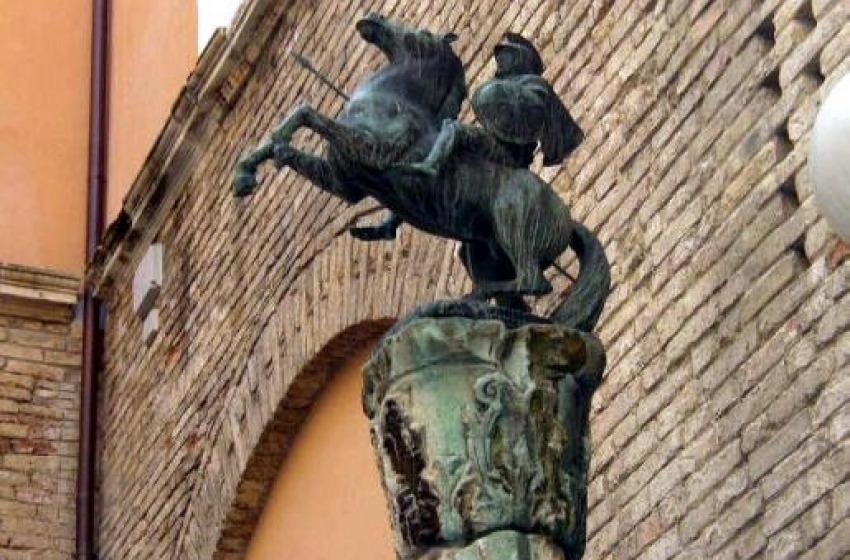 """Clamoroso furto a Chieti, rubata la statua """"Achille a Cavallo"""" simbolo della Città"""