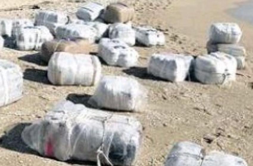 Il mare agitato restituisce grossi pacchi di marijuana sulle spiagge abruzzesi
