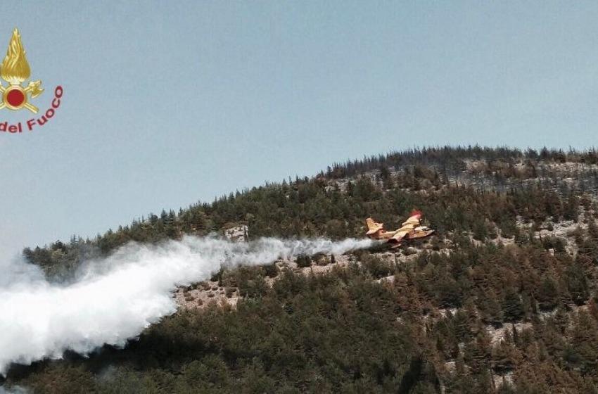 Incendio sul Monte Morrone: in azione 90 pompieri, canadair e elicotteri