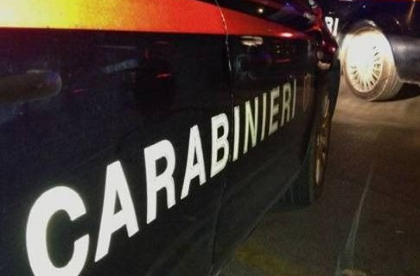 Forza un posto di controllo dei Carabinieri e sperona un'autovettura dell'Arma: arrestato