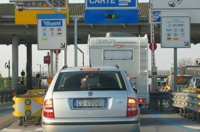La protesta dei sindaci di Abruzzo e Lazio contro il rincaro dei pedaggi autostadali