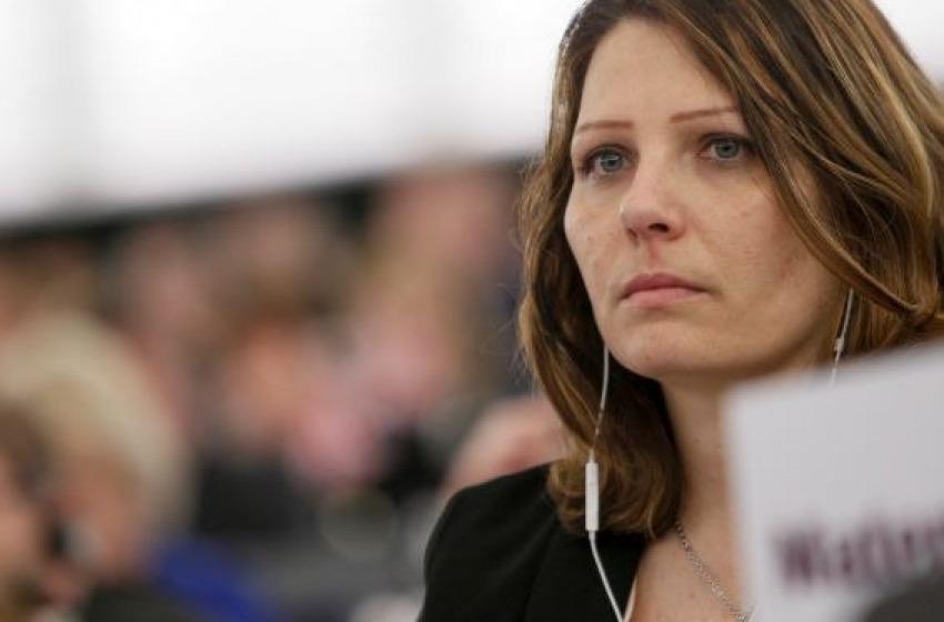 """Daniela Aiuto denuncia D'Alfonso: """"Mi ha aggredita in aeroporto""""."""