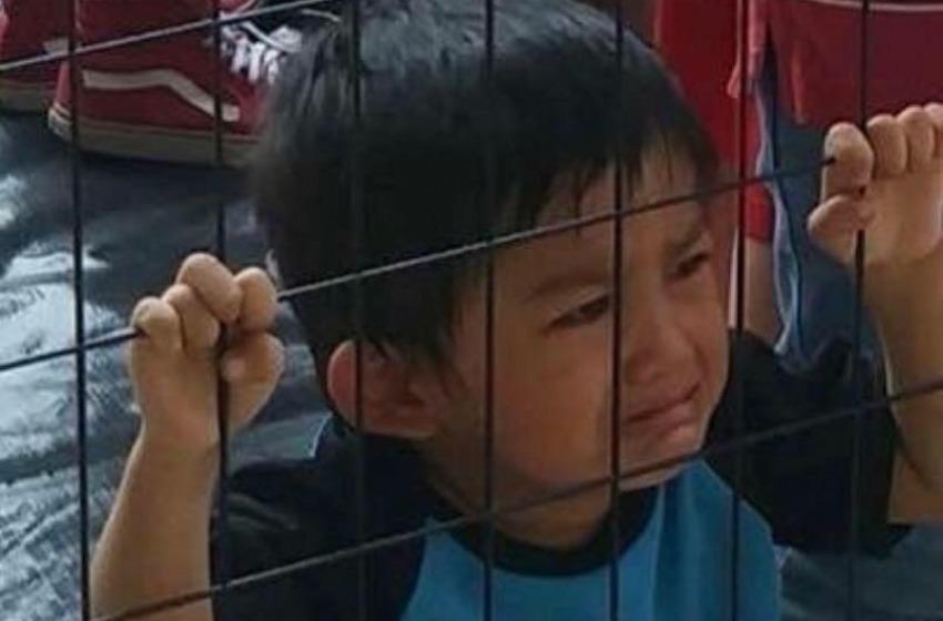 Figli di nuovo con i genitori nel confine USA=Messico