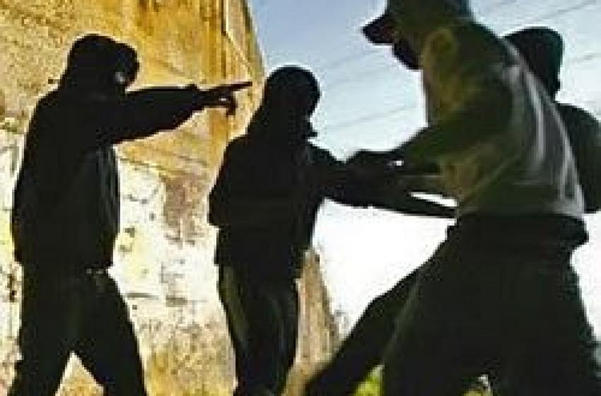 Rapina violentissima in Pineta. Massacrati e derubati due ragazzi di 19 e 16 anni