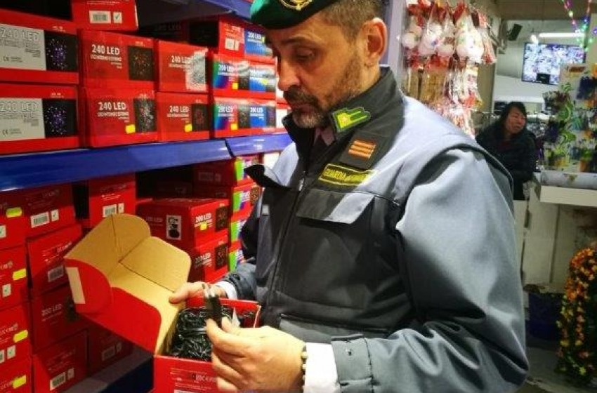 """Pescara - Sequestrate tre milioni di """"Lucine di Natale"""" non sicure"""